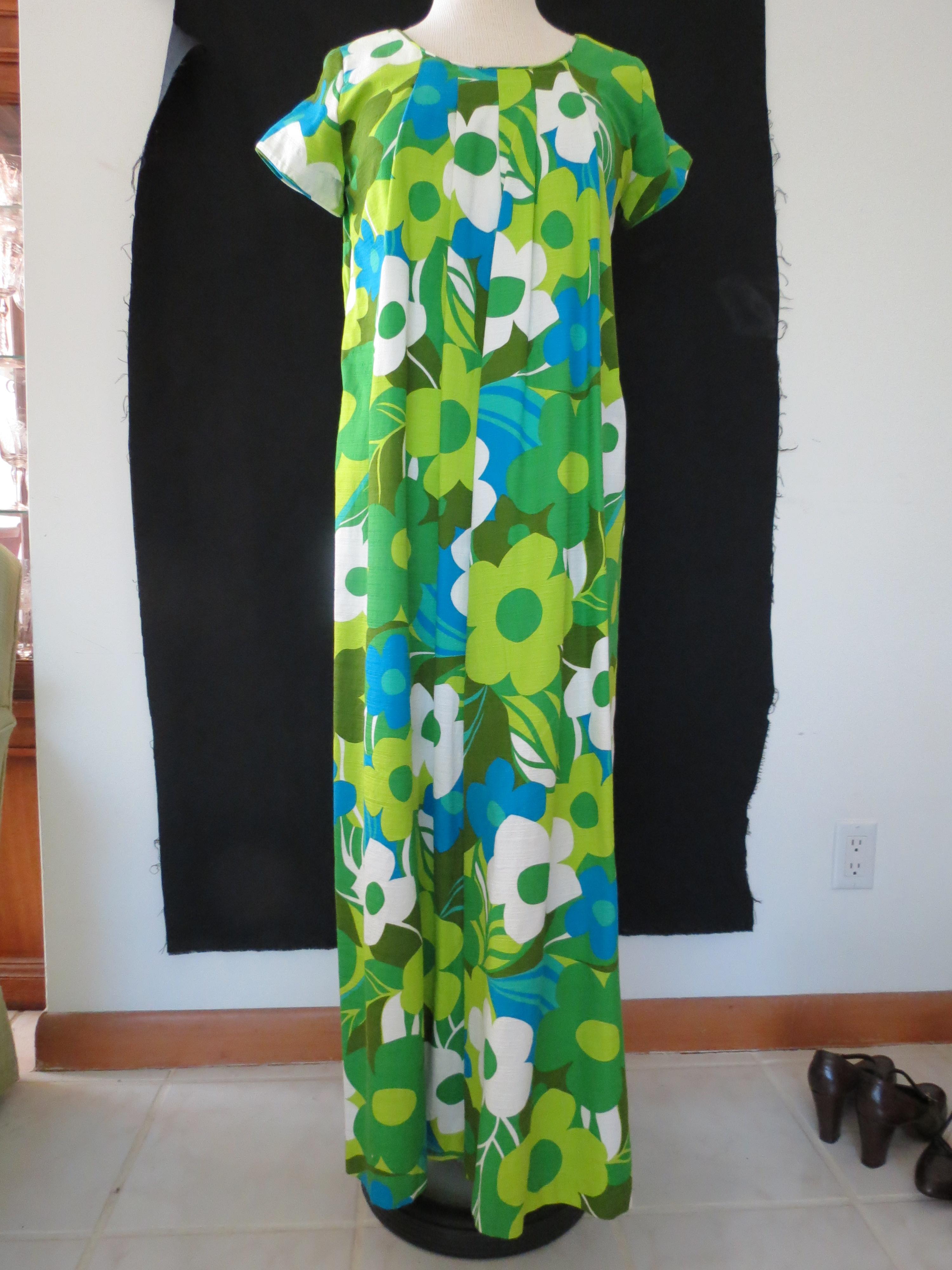 TRUE VINTAGE 1960S - '70s GREEN FLORAL PRINT HAWAIIAN DRESS