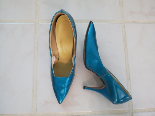TRUE VINTAGE EARLY 1960s METALLIC SAPPHIRE BLUE STILETTO PUMPS