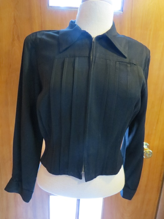 TRUE VINTAGE SHORT BLACK GABARDINE JACKET FROM THE 1940S.