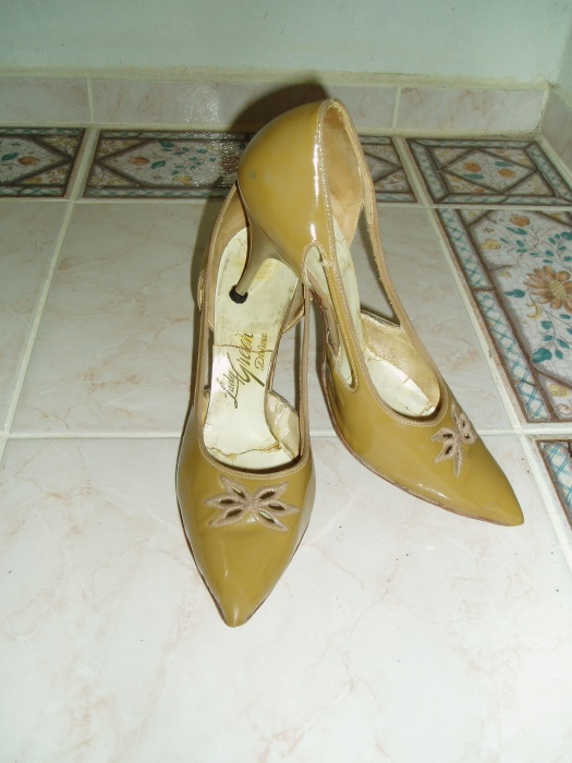 TRUE VINTAGE LATE 1950'S - EARLY 1960'S STILETTO PUMPS