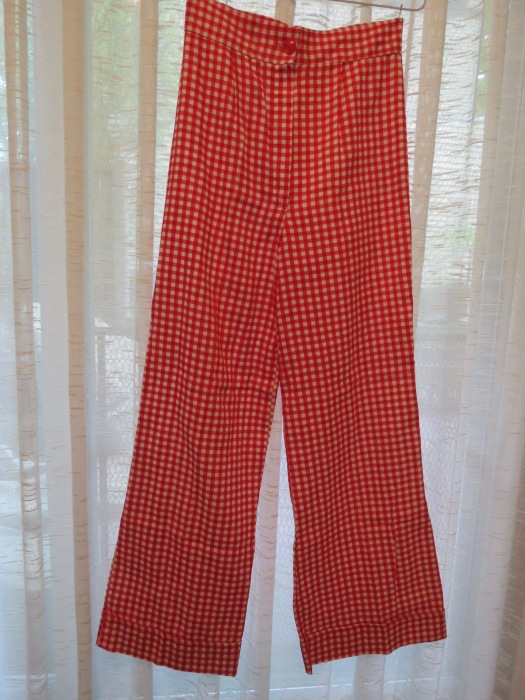 TRUE VINTAGE CUFFED HIGH-WAIST PANTS FROM THE EARLY 1970'S IN A SUMMER RED GINGHAM CHECK