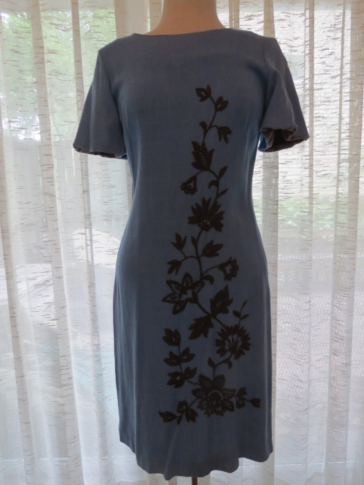 A PRETTY TRUE VINTAGE SHORT-SLEEVED SHEATH DRESS FROM THE 1960'S - CUSTOM TAILORED