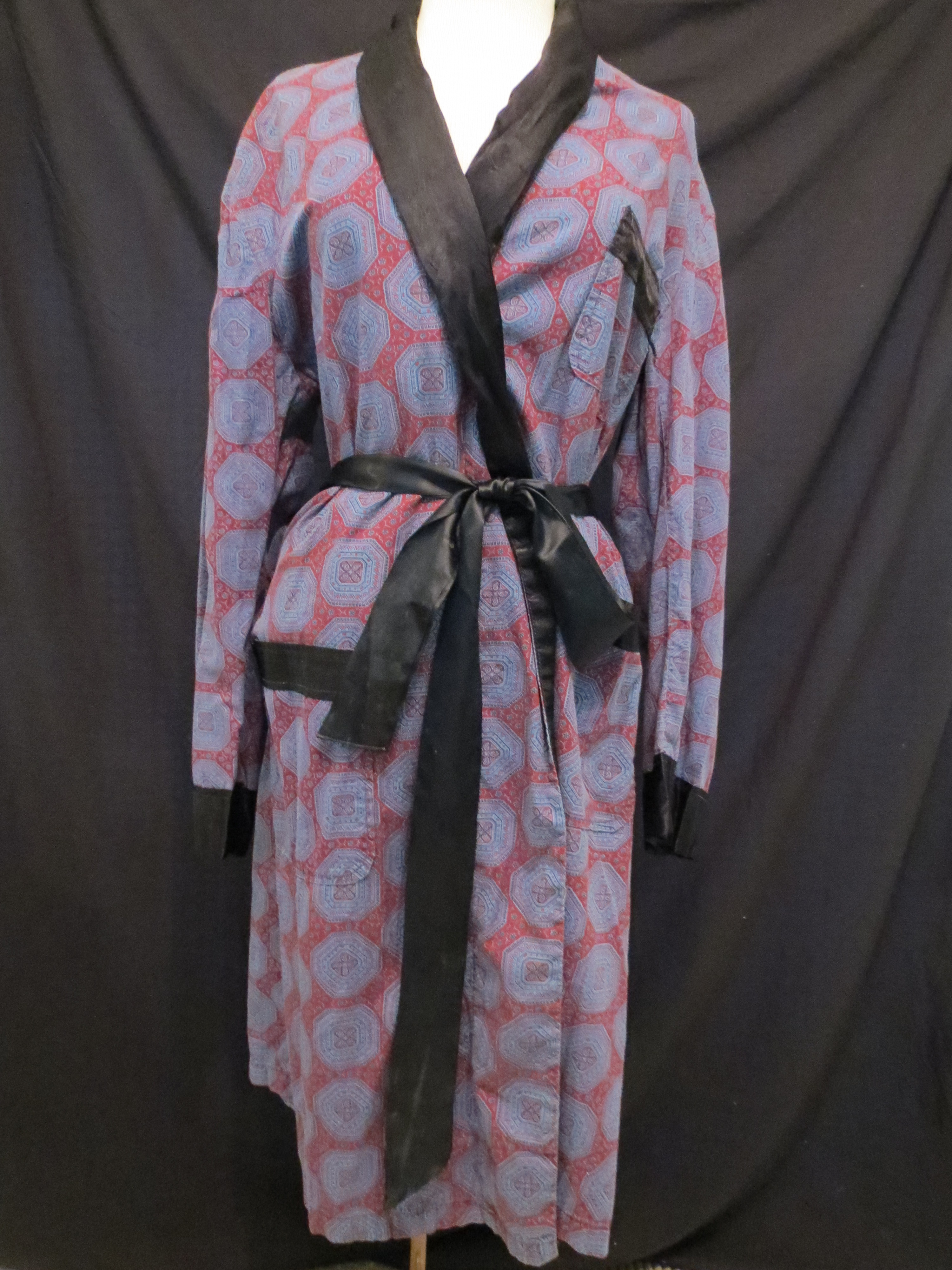 MY SECOND MEN'S BATHROBE FROM THE '50'S - '60'S, WITH A COMPLETELY DIFFERENT VIBE