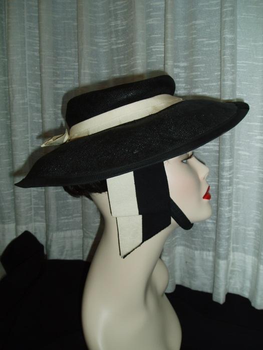 A FABULOUS TRUE VINTAGE LADIES' HAT - 1940'S / 1950'S