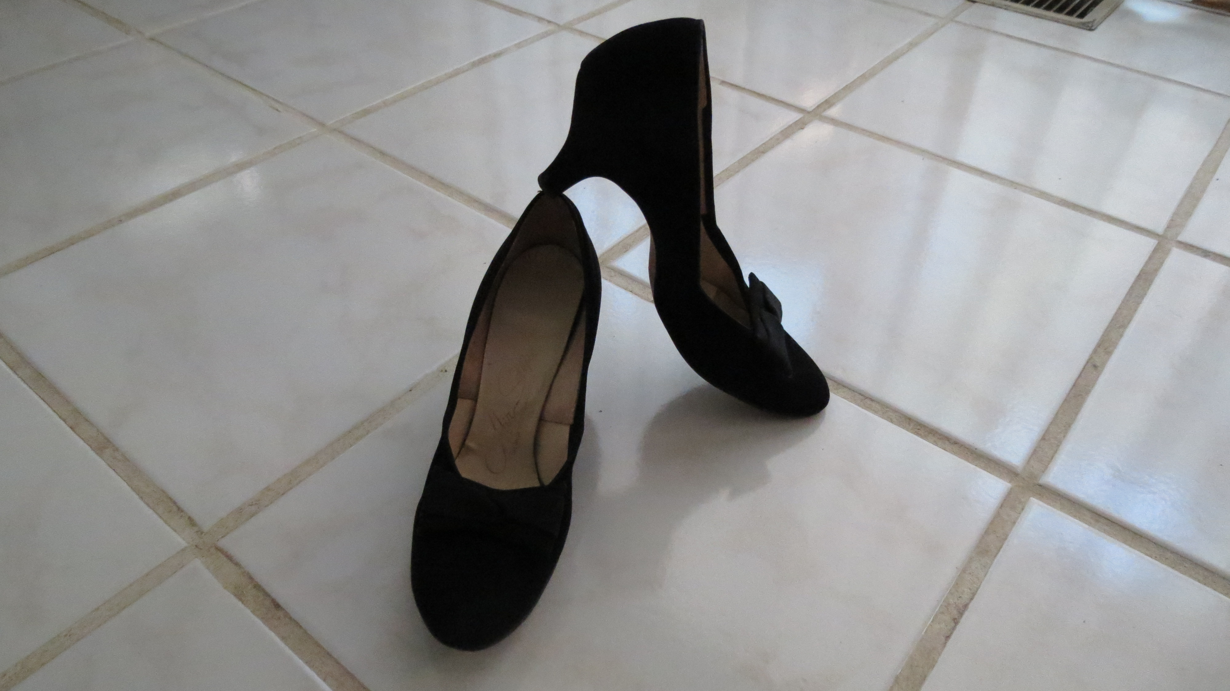 TRUE VINTAGE BLACK, ORNAMENTED MID-HEEL PUMPS FROM THE 1940'S - EARLY 1950'S