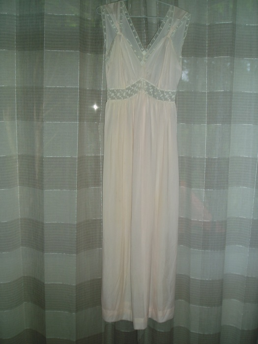 BEAUTIFUL 1940'S - 1950'S NYLON NIGHTGOWN