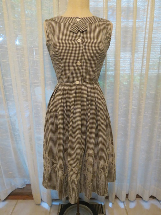 A TRUE VINTAGE 1950'S LITTLE GINGHAM DAY DRESS