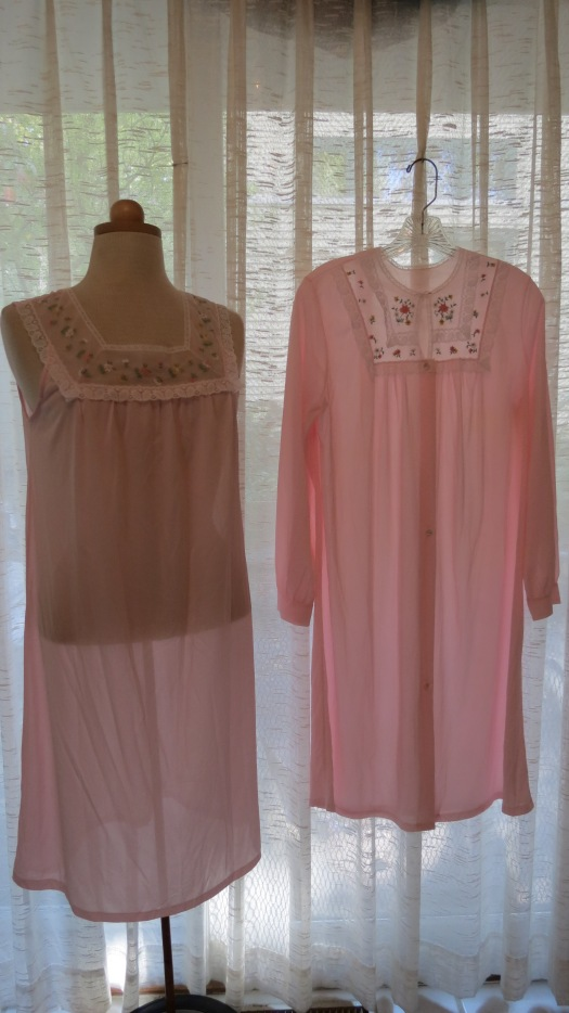 A VERY SWEET TRUE VINTAGE NIGHTGOWN & ROBE SET FROM THE 1960'S